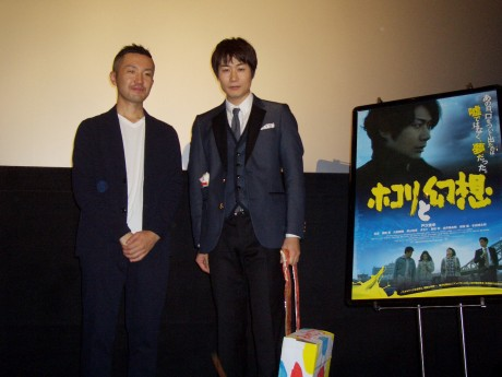主演のTEAM NACS戸次重幸(右)さんと旭川出身の鈴木聖史監督(左)