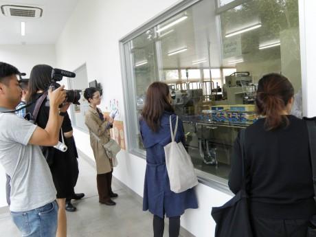 き花の杜で「き花」の工場を見学する海外メディア陣