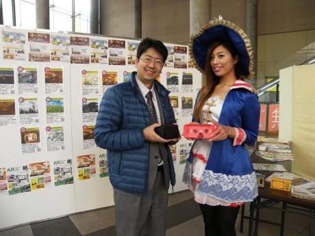 同社の三田社長と展示会イメージモデルの紗貴さん