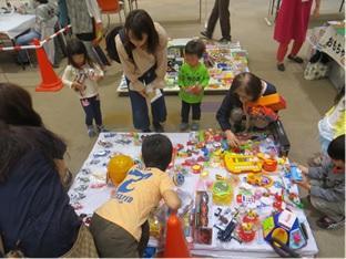 「おもちゃと絵本のくるくる広場」でお気に入りを探す子どもたち