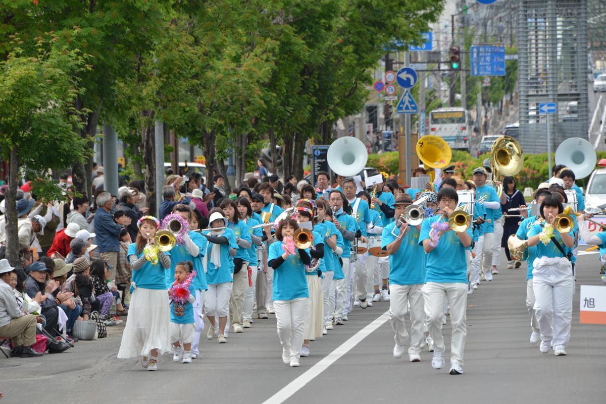 参加者が旭川中心部を演奏しながら行進