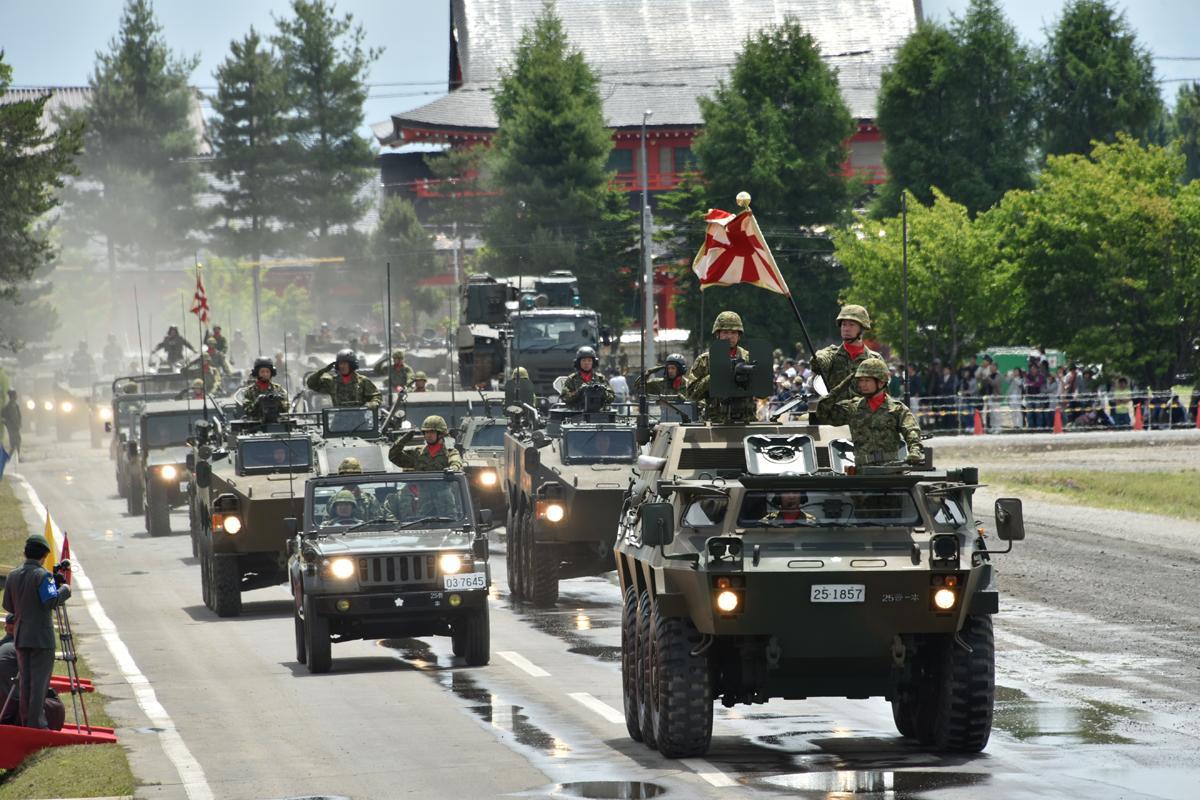 戦車や装甲車など約130台による観閲行進