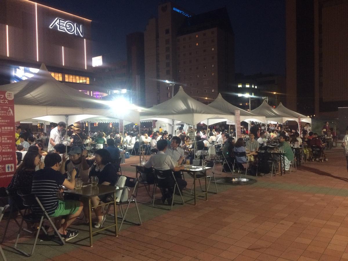 多くの来場者で賑わう駅前広場