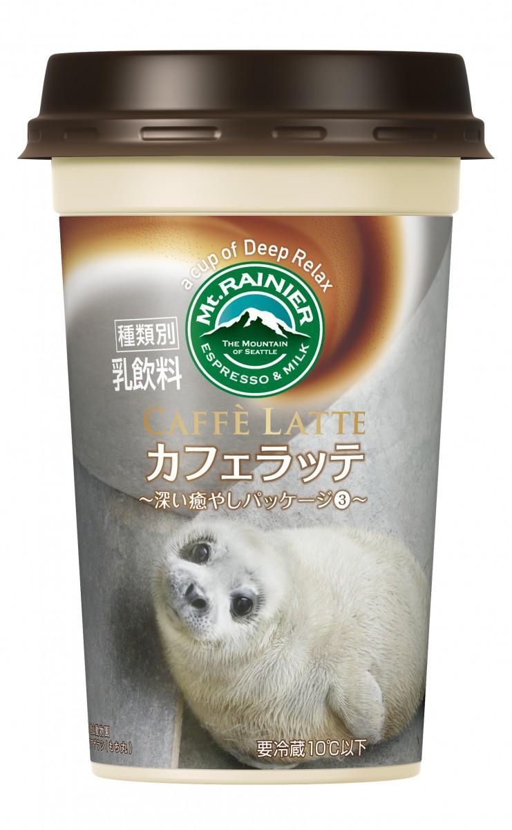 旭山動物園の飼育員が撮影した、愛らしい表情で見つめる「もち丸」バージョンのパッケージ