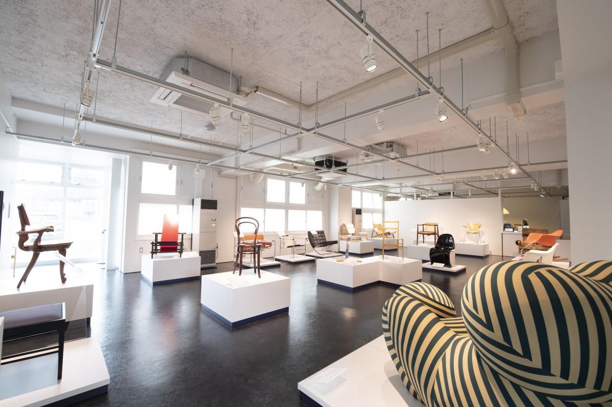 椅子研究家の織田憲嗣さんが収集した、世界のデザイン史に名を残した名作椅子20点が展示されている