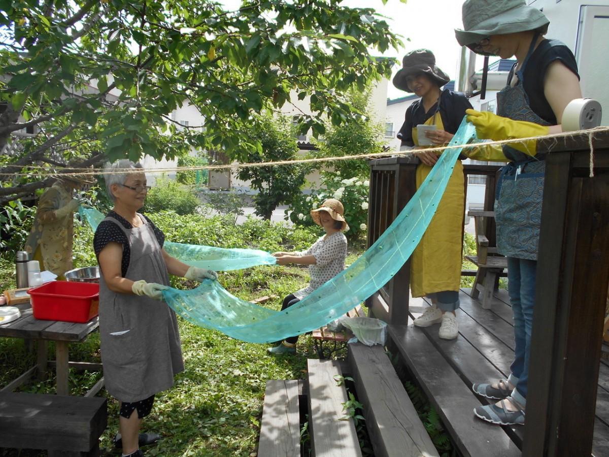 昨年7月下旬に末廣さん宅の庭で行った藍染めの様子