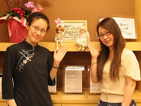 代表の徐軼さん(右)と茶芸師のニコさん