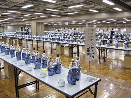 1028点のブラインドされた日本酒が並ぶ会場