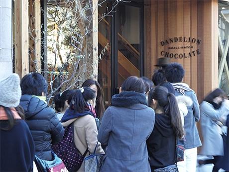 入店を待ち望む人たち