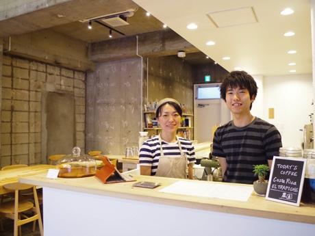 (右から)「ABACAXI CAFE」の本田孝訓さん、晶子さん