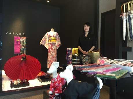バサラ キモノ店内とスタッフの江川可奈子さん