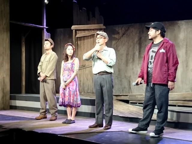 会見に臨む八嶋智人さん(右から2人目)、川島海荷さん(左から2人目)ら