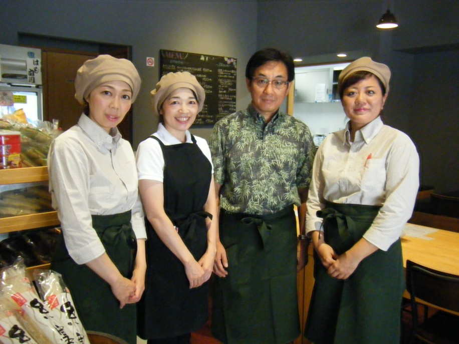 社長の蔀浩之さん(右から2番目)とスタッフ