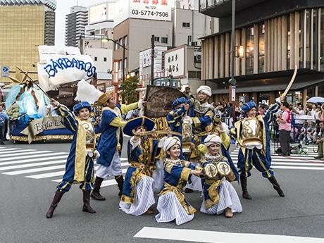 街を彩る華やかなパレード(写真提供=浅草サンバカーニバル実行委員会)
