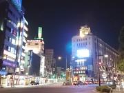 東武浅草駅ビルに屋外ビジョン 五叉路に設置、新たなランドマークに