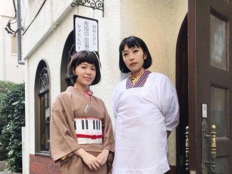 昭和の雰囲気がある店頭に立つ店主の宇都木由美さん(右)。