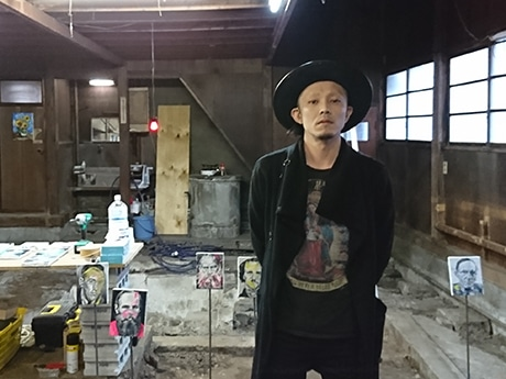 油絵画家としても活動するオーナーのオオシロムネユミさん