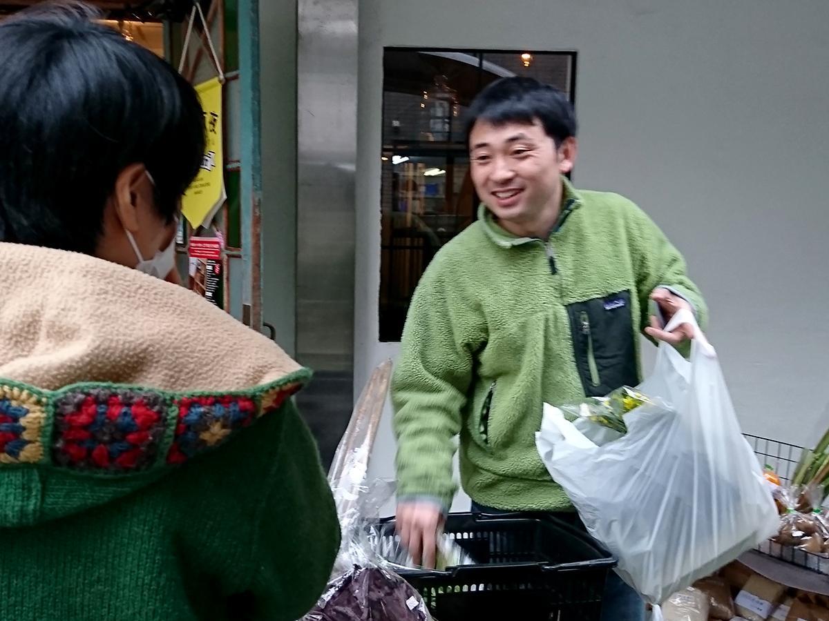 来店客とコミュニケーションを取る「草木堂野菜店」社長の甲田崇恭さん