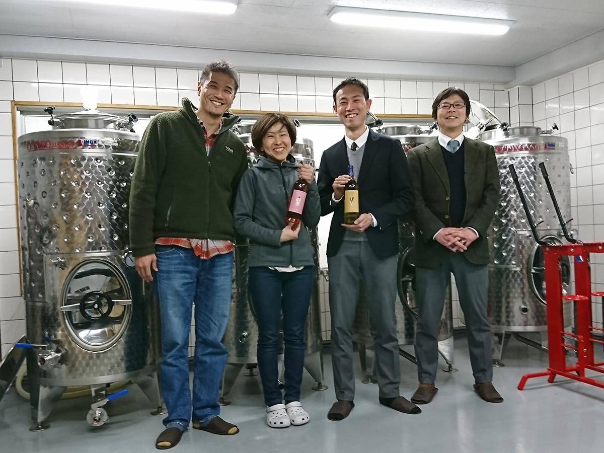 (左から)オーナーの大下弘毅さん、醸造責任者の須合美智子さん、松屋浅草の羽田健一さん、奥本亮太さん