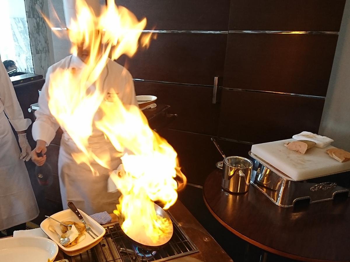 フォアグラのソテーボルチーニ焼きリゾット添えバルサミコソースは目前でフランベする