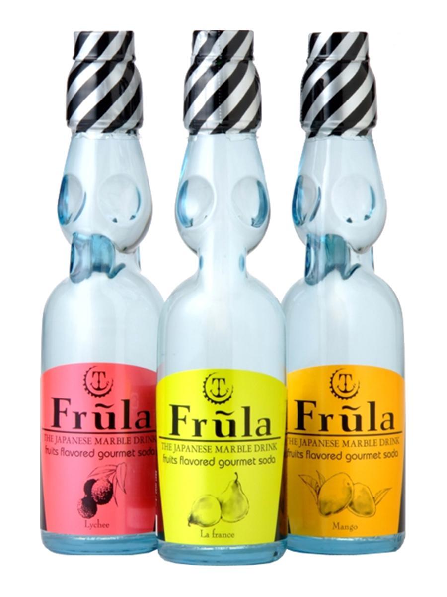 ラムネ瓶を採用した佐賀の炭酸飲料「フルーラ」。ライチ(左)、ラ・フランス(中)、マンゴー(右)。
