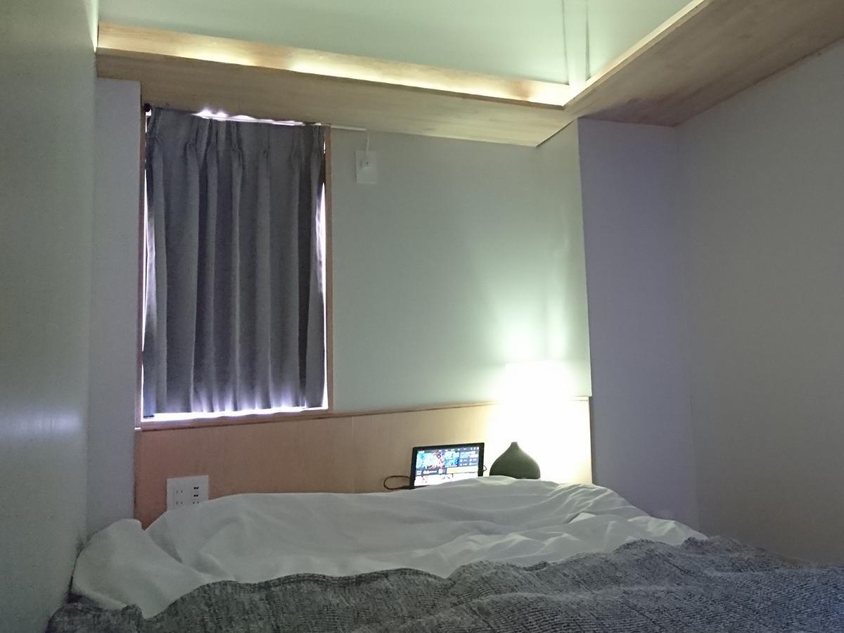 IoTデバイスを集結した室内。カーテン、空調、照明、アロマ、スピーカーなどをコントロール