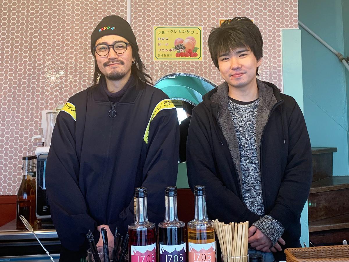 スタッフの大崎祥太さん(右)と北島隼人さん