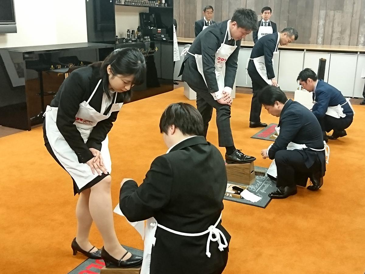 平成最初に入社した先輩が平成最後の新入社員へ靴磨きを伝授
