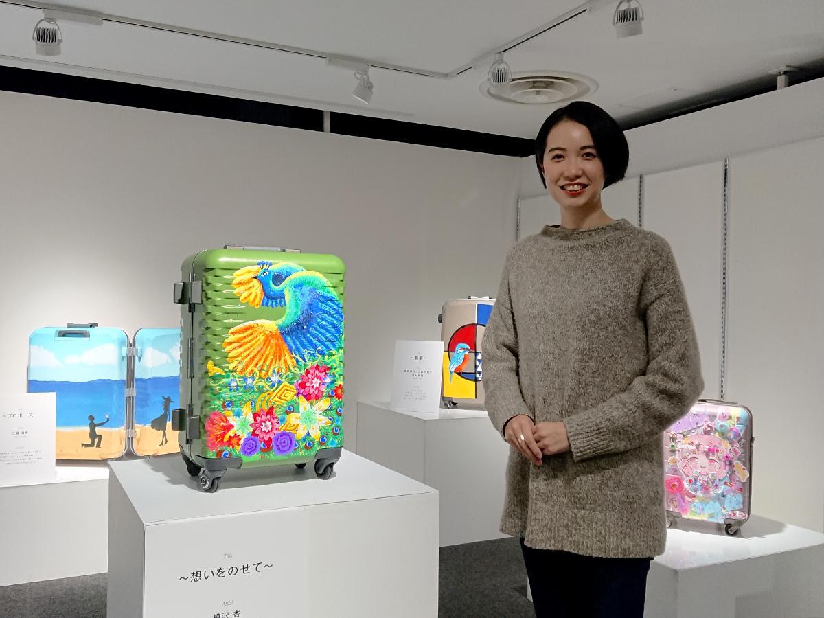 学生の作品を前にする広報担当者の山田絢音さん