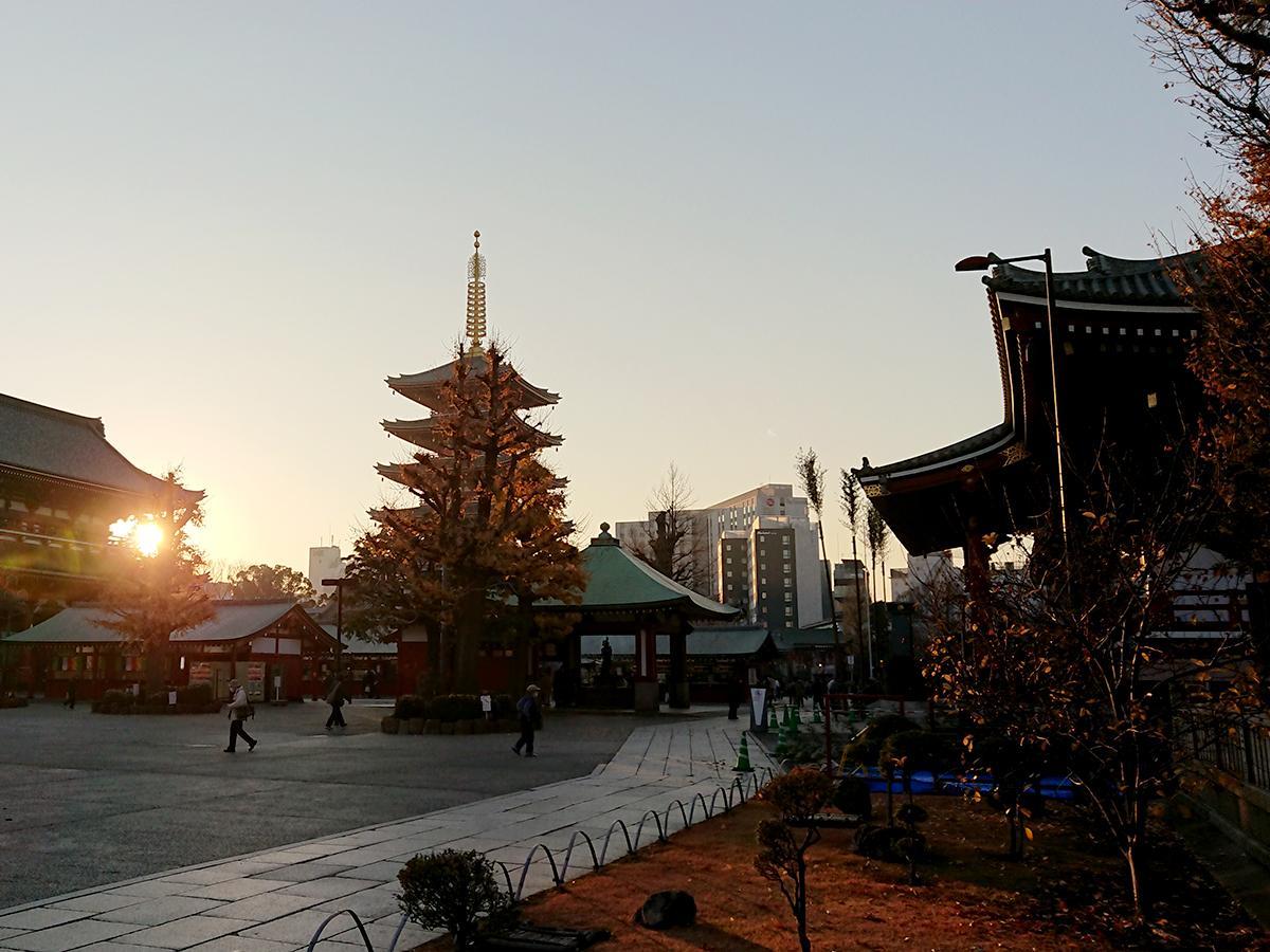 浅草寺境内から五重塔を望む