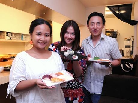 A sushi restaurant workshop in Asakusa - Tourists visiting Japan sample nigirizushi and sashimi
