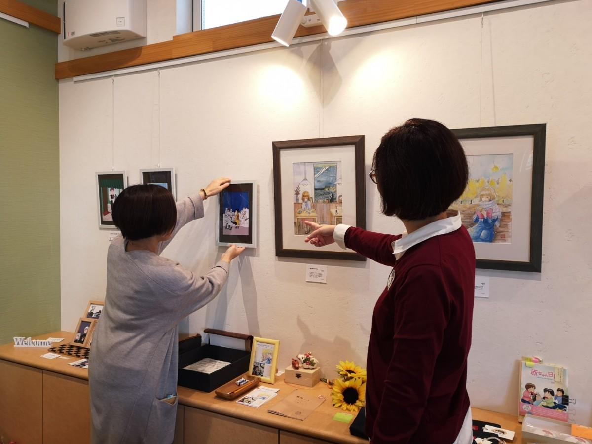 展示準備中のいしいあきよさんと子乃花堂さん