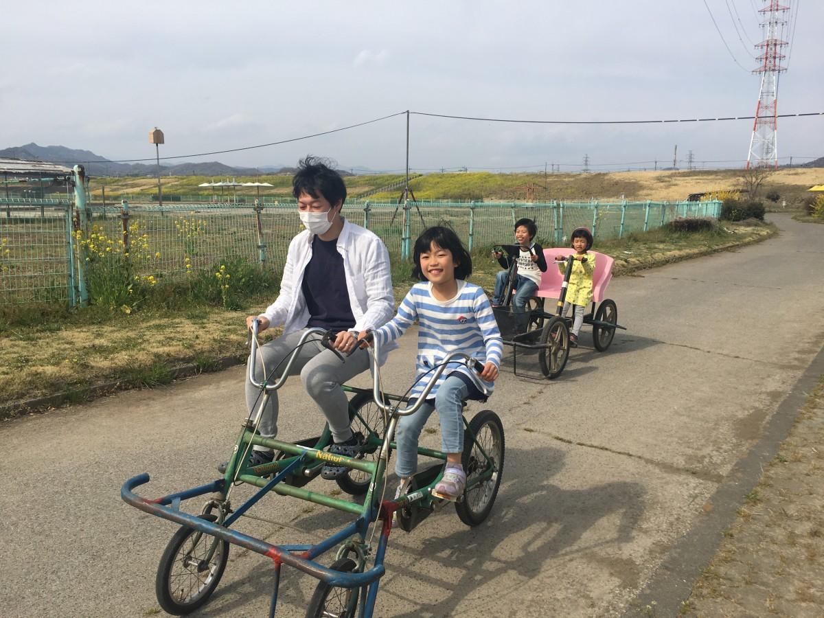 4人乗り変形自転車の様子