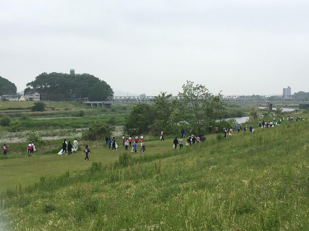 中橋緑地多目的広場から渡良瀬橋方面に向かってごみを拾う人たち