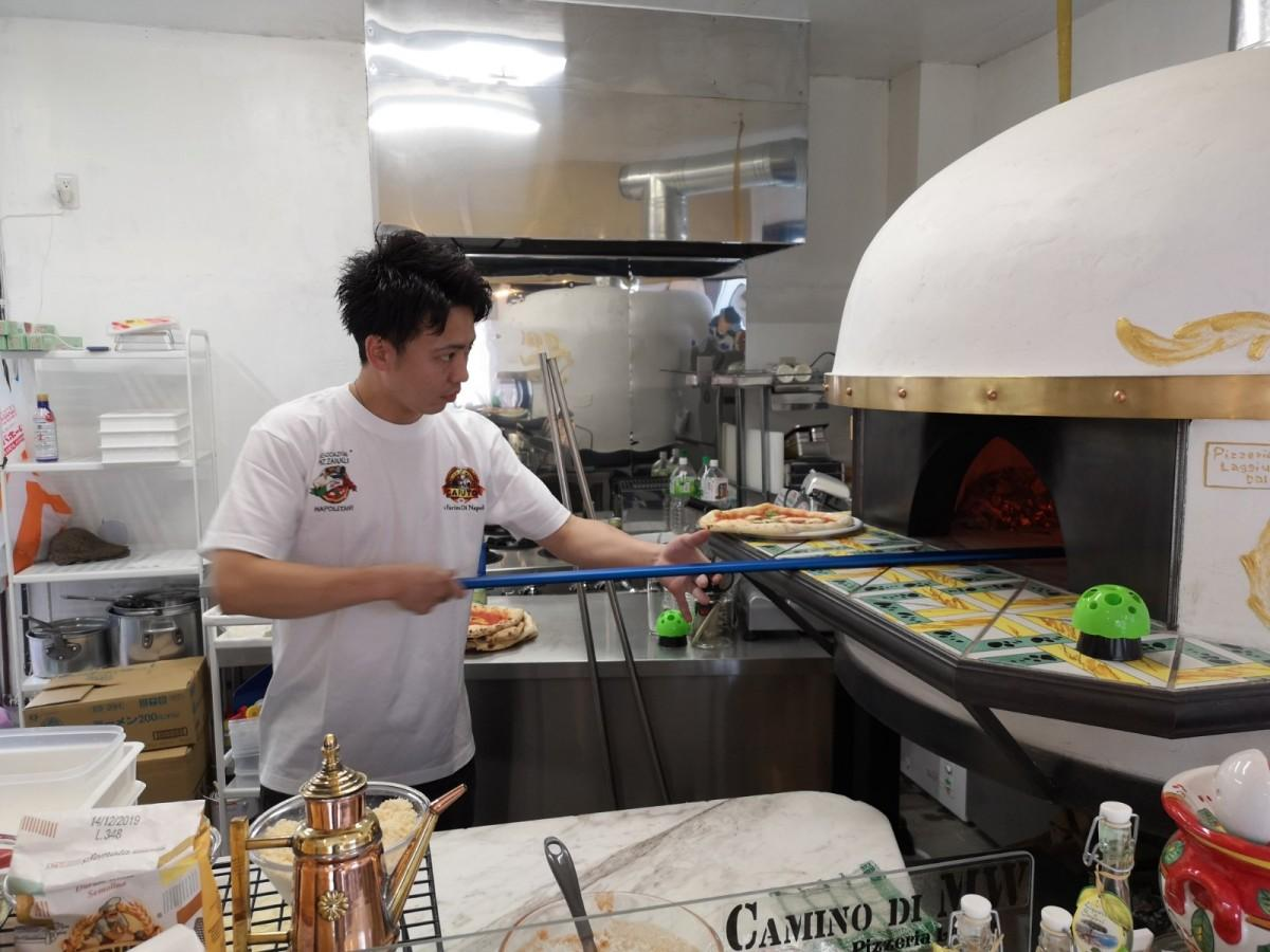 ピザを焼く「ピッツァ ラジュウ」多部田さん