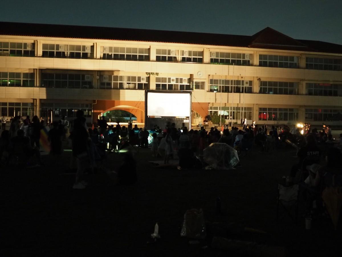 夜の校庭が一夜だけ映画館に