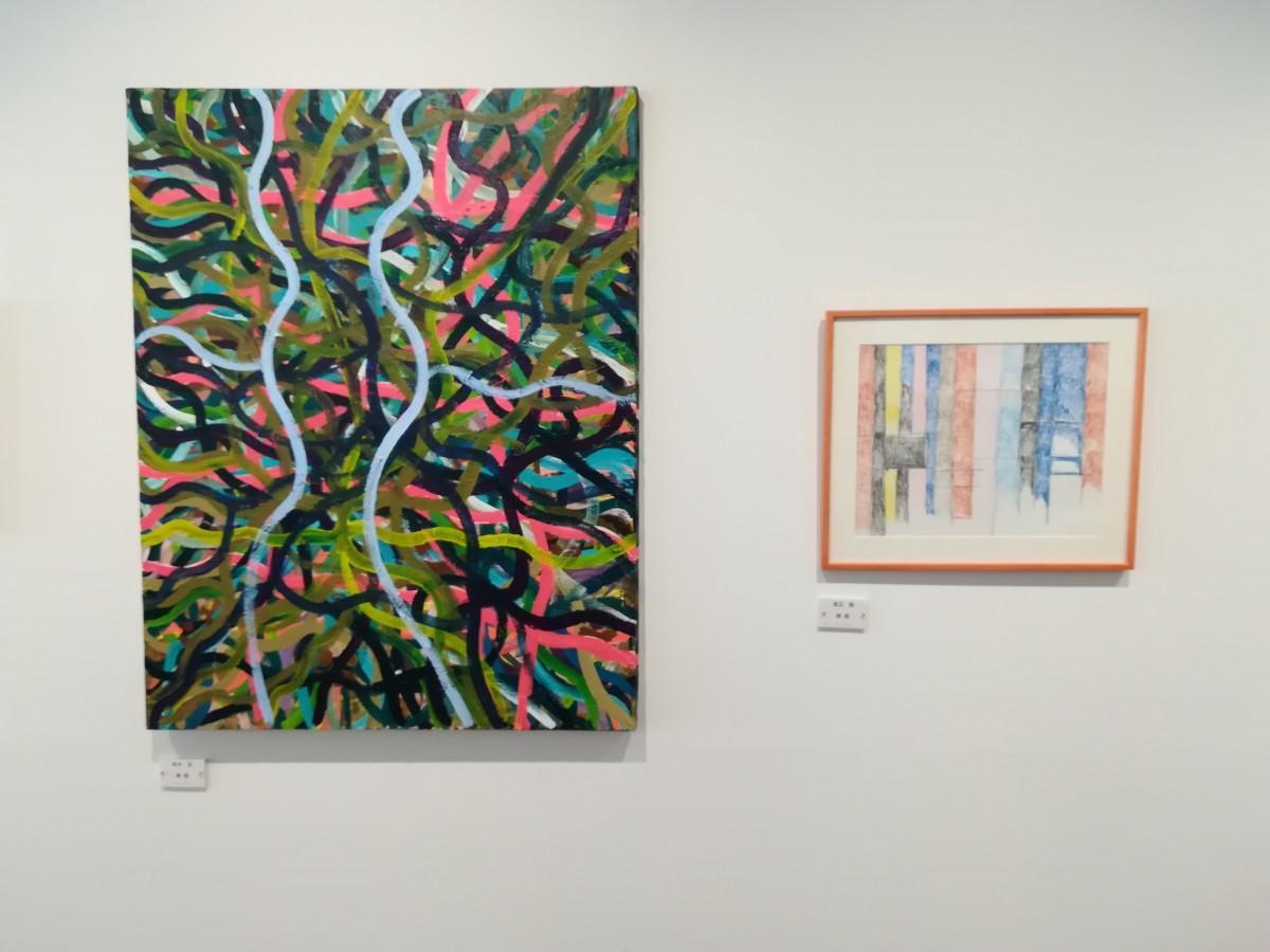 絵の具や色鉛筆などで描かれた大小さまざまな作品22点を展示する