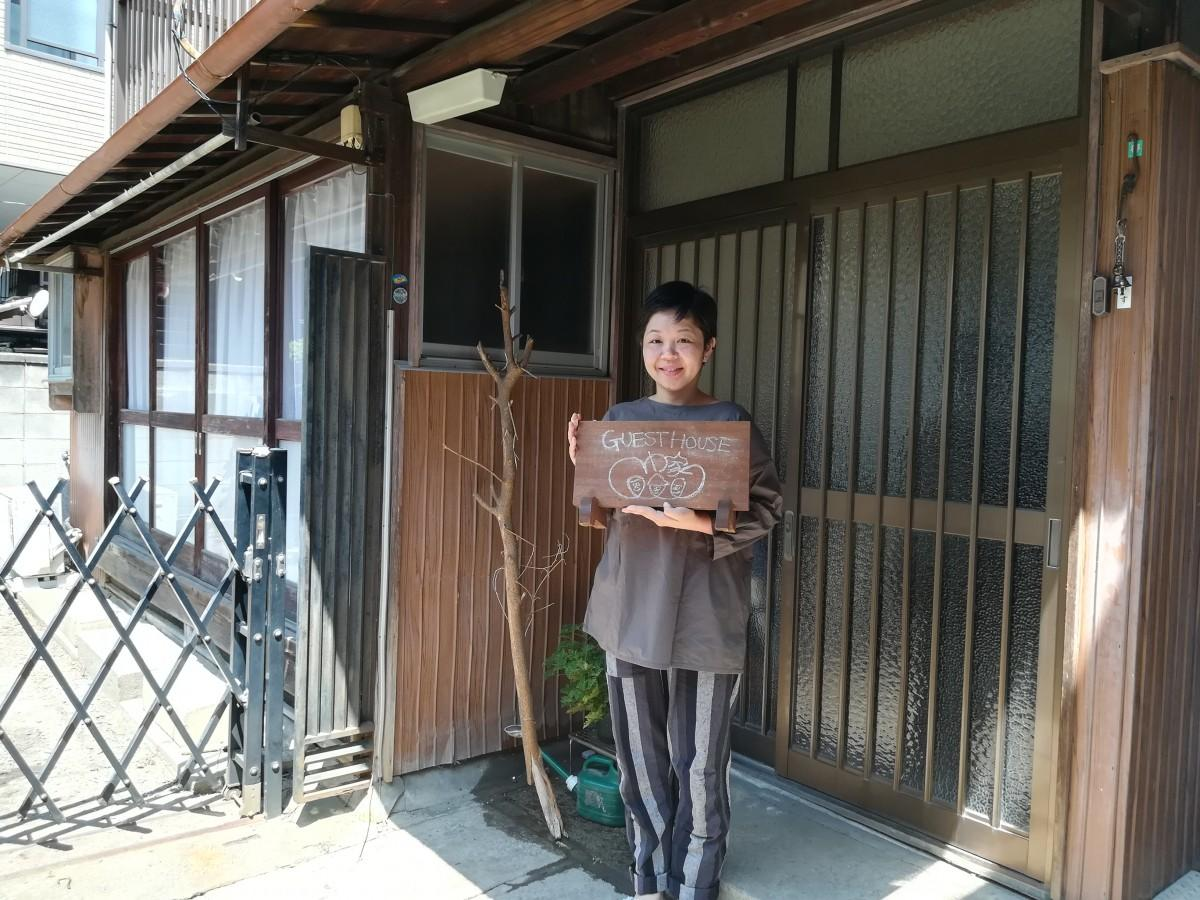 管理人の早川さんと建物外観。呼び出しの際はインターホンではなく、右上にある鈴を鳴らす