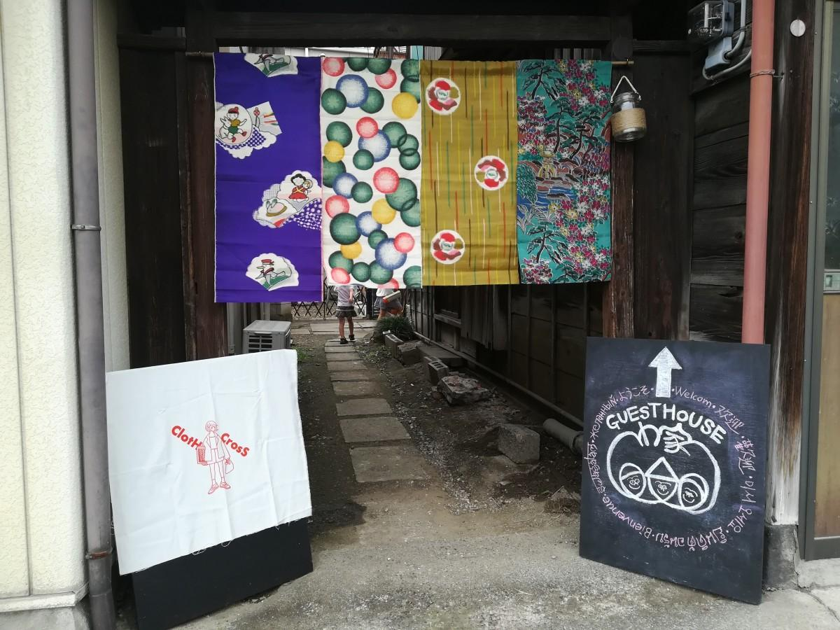イベント当日、「GUESTHOUSE わ家」入り口の様子。ワークショップは、左側の看板の絵柄をバックなどに印刷する体験が行われた