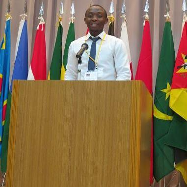 講演を行うケニア出身のキサ・シレンゴさん