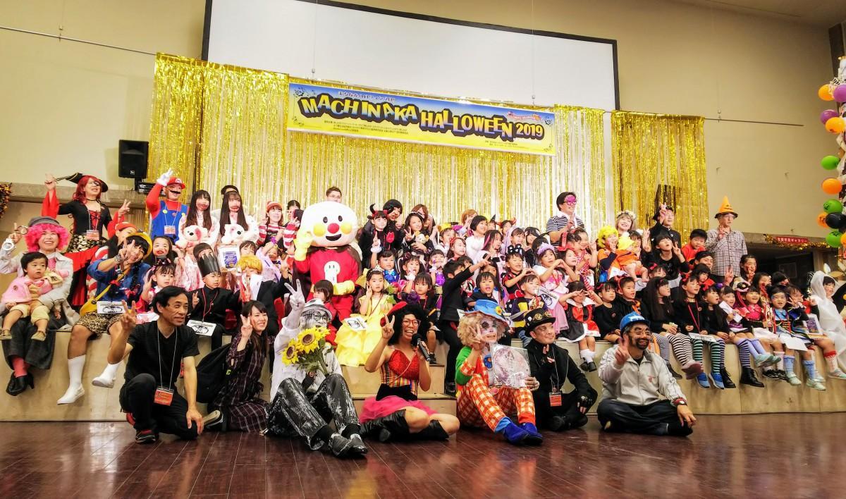 仮装コンテスト参加者と運営スタッフ