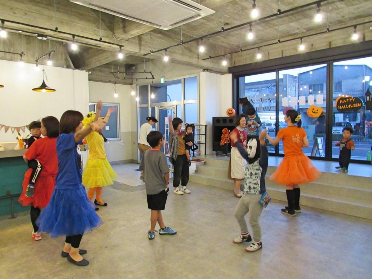 ダンスを楽しむ参加者と「しゃんしゃん広場」のスタッフ