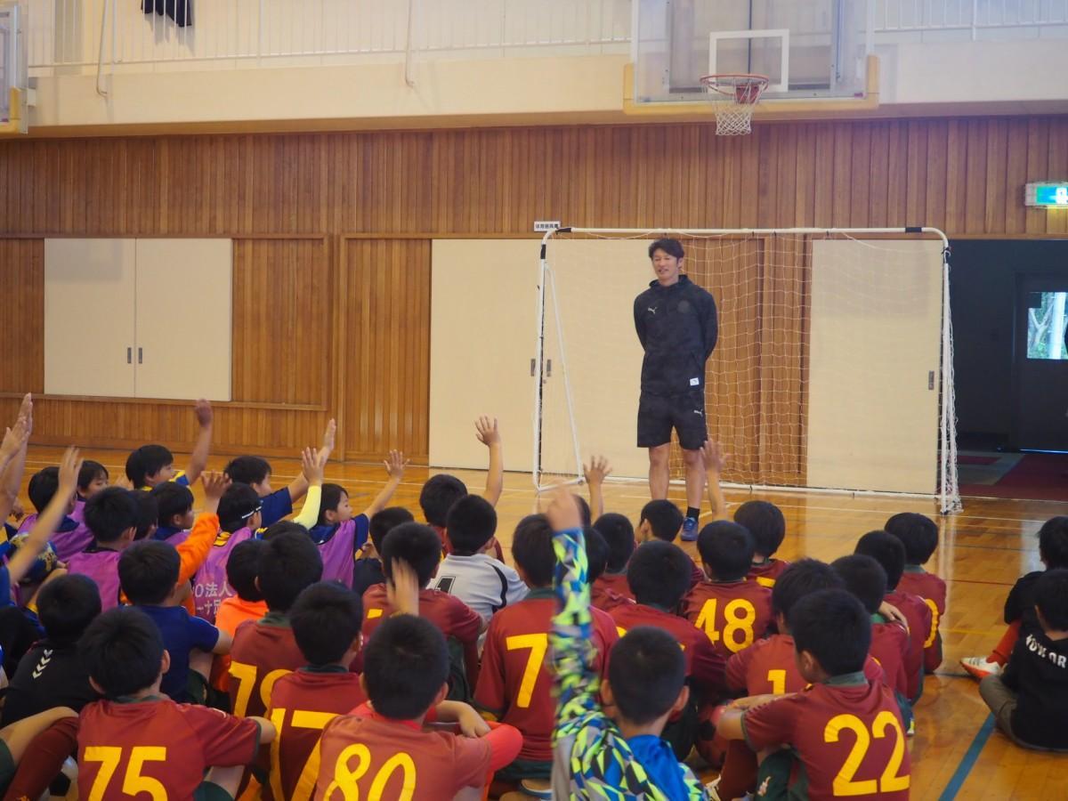 巻誠一郎さんによるサッカー教室の様子
