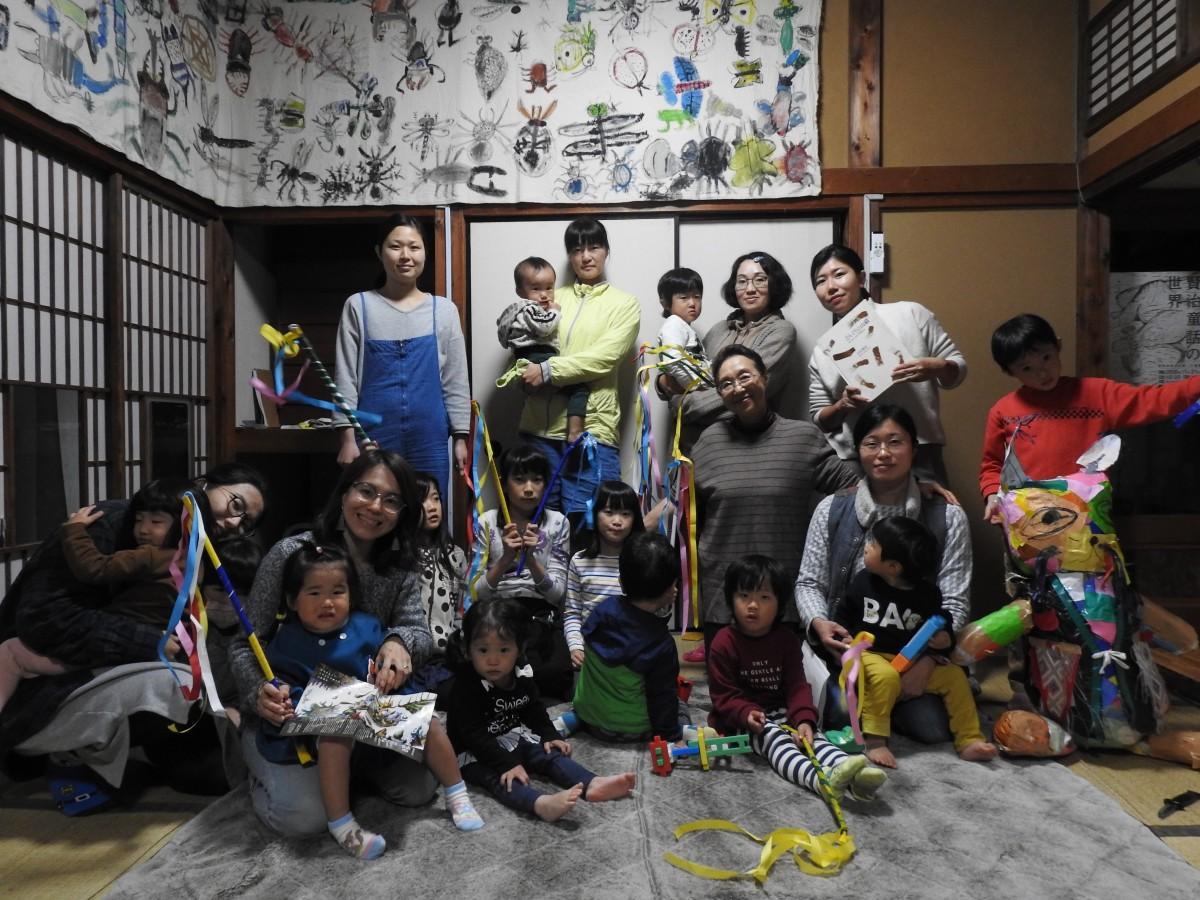「足利ものがたり文化の会」代表の前田幸江さんと水曜メロークラスの親子