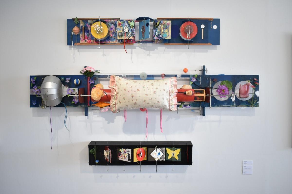 清水さんの作品。清水さんは、2002年~2017年の立体や平面の作品を展示