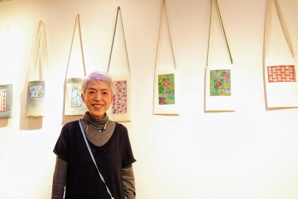 絵バッグと作家の岩下伸子さん