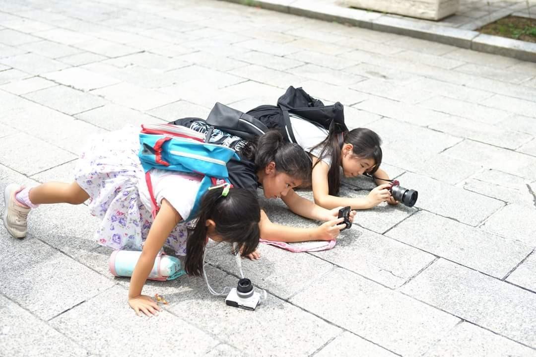 前回開催の様子。ローアングルに挑戦する子どもたち(折田さん提供)