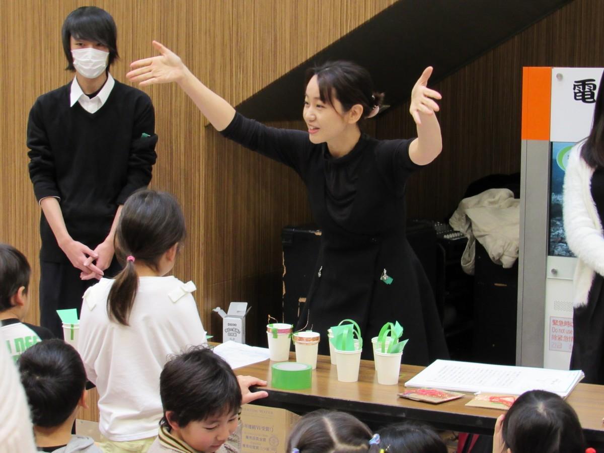 子どもたちを前に作り方を説明する石川さん