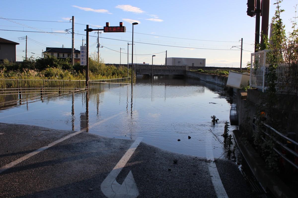 台風通過後、冠水する迫間地下道(足利市迫間町)写真提供=足利市