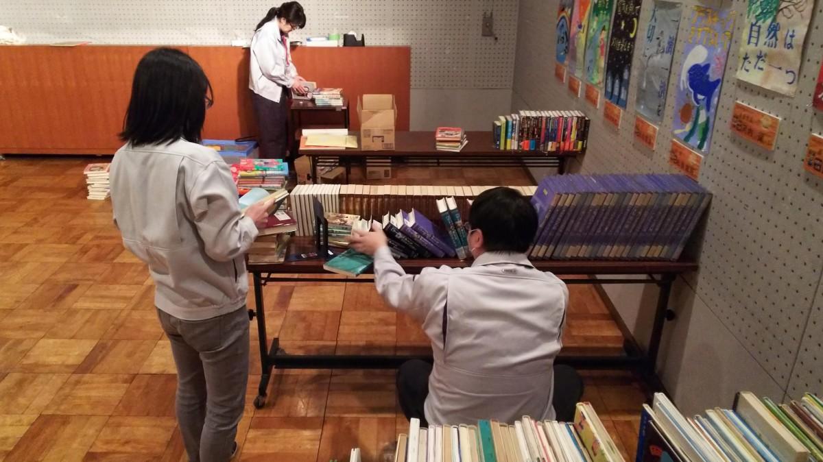 集まった本を確認し、分類して並べる作業